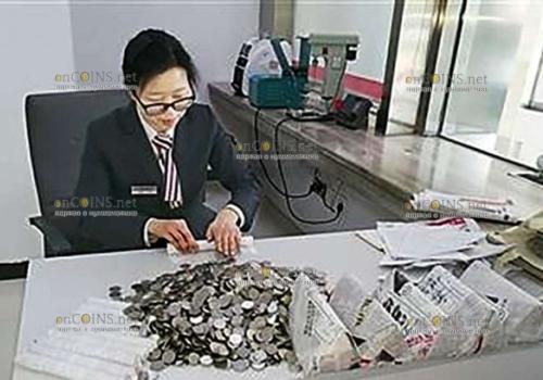 Предприниматель в Китае сдал в банк тонны мелочи
