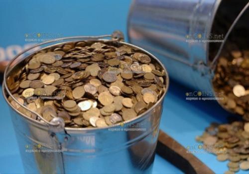 Ведро монет по 1 и 2 пении принес британец в банк