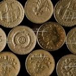 Старые монеты номиналом 1 фунт стерлингов англичане сдавать не спешат