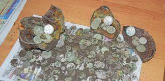 Экскаваторщик в Белоруссии нашел клад более 300 старинных монет