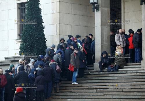 Очереди в Болгарии выстраиваются и сегодня