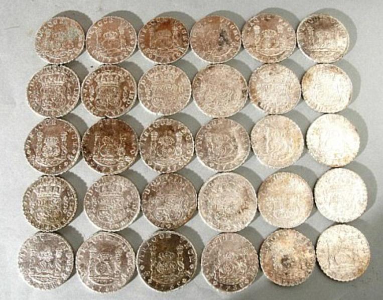 часть клада серебряных монет, найденных в 2018 году неподалеку от британского порта Дувр, на месте крушения судна Rooswijk