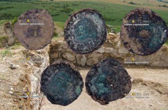 в Бургасе, в районе Русокастро, археологи нашли 7 серебряных монет